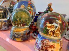 Globos de neve de Natal musicais.  Christmas snowglobes with music.