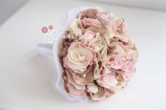 Bouquet originale con pon pon di stoffa e perle color rosa, cipria e marrone. Bouquet with fabric pon pon pink, blush, brown, beige. Vuoi vedere altri bouquet simili? Vai su www.trilliegingilli.com
