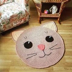 Pra quem ama um gatinho fofura pura from - Crochet Carpet, Crochet Home, Cute Crochet, Crochet Crafts, Diy Carpet, Rugs On Carpet, Animal Rug, Knit Rug, Patterned Carpet
