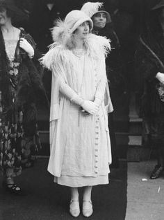 Elizabeth, Duchess of York (future Queen Mother) wearing fashionable low-waist dress, cloche hat, long strings of pearls & cape with feathered collar in Belfast, Ireland 1933 Windsor, Die Queen, Queen Mary, Reine Victoria, Queen Victoria, Lady Elizabeth, Lyon, Elisabeth Ii, Look Retro
