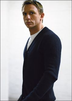 When Daniel Craig accepted his first 007 assignment, he knew he would be the focus of a storm of hysteria the world over. On the eve of his second Bond film, Quantum of Solace, Richard Grant finds him determined to cling on to reality as he once knew it. Daniel Craig James Bond, Rachel Weisz, Daniel Graig, Z Cam, Raining Men, Celebrity Dads, Celebrity Style, Skyfall, David Beckham