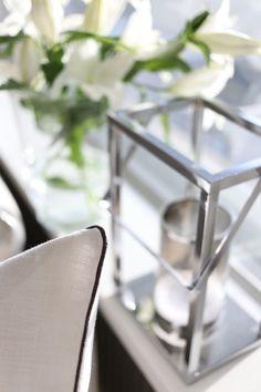 Homevialaura | living room | white lilies | | Gauhar linen cushion