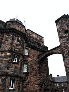 Découvrir l'Écosse en cinq lieux phares - Blog Gournal Arthur's Seat, Rue Pietonne, Tower Bridge, Blog, Travel, Old Boats, Amazing Sunsets, Catacombs, Lighthouses