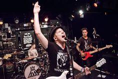 """Fall Out Boy New Music Video """"Uma Thurman"""" Premiere / Fall Out Boyのミュージックビデオ「Uma Thurman」が公開された。パーソナルアシスタントSarahの1日の仕事を追ったビデオ。監督はMel SoriaとScantron。"""