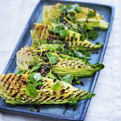 Grillet spidskål får en særlig sødmefyldt og let brændt smag, der går fint i spænd med de søde og sprøde nye ærter, den let bitre citronolie og de knasende salte græskarkerner.