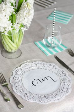 DIY Handlettered Doily Place Settings- such a gorgeous (and affordable! So pretty! Table Place Settings, Paper Crafts, Diy Crafts, Idee Diy, Party Entertainment, Deco Table, Perfect Party, Doilies, Hand Lettering