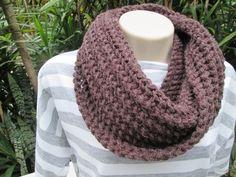 Maxi gola em tricô.  Confeccionada em lã  Na cor - Marron    Outras cores sob encomenda.