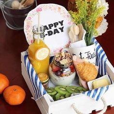 Is it going to be your girlfriend's, sister's or mother's birthday? Find the best birthday gifts for her! We've collected 30 birthday gift ideas for women! Breakfast Basket, Breakfast Tray, Birthday Breakfast, Brunch, Snack Box, Birthday Gifts For Her, Catering, Healthy Snacks, Food And Drink