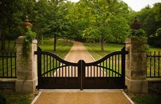 Stately Garden Gives a Nashville Home an English Estate Feel - Stylish Eve Driveway Fence, Driveway Landscaping, Fence Gate, Fencing, Tor Design, Gate Design, Front Gates, Entrance Gates, Entrance Ideas