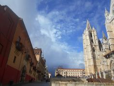 Muro de la Cripta de la Plaza de la Catedral, Catedral, palacio arzobispal y edificio soportolado de la Plaza de Regla.