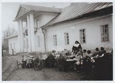 Stary dworek w Zembrzycach wykorzystywany jako przedszkole w 1937 roku.