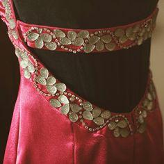 9941af2e1 Proyecto terminado, escote trasero de vestido confeccionado en crêpe de  seda, bordado en strass y piedras sintéticas.