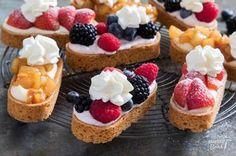 Ik hou van sloffen! Het is echt één van mijn favoriete soorten gebak. Met dit recept bak je zelf mini-slofjes in drie verschillende varianten: met aardbeien, met gekarameliseerde peer en met mascarpon