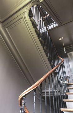 Family house near Paris L 39 escalier principal Jolie maison de famille pr s de Paris C t Hardwood Stairs, Wooden Stairs, Georgian Interiors, Dark Interiors, Banisters, Stair Railing, Railings, Interior Stairs, Interior Design Living Room