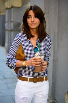 Madrid. 10 am. Meeting in Gran Vía. Must-stop at Starbucks to order my favorite frappucino and ready to start. My look? Plaid shirt, white jeans and brown accessories. Best outfit ever. Thanks a lot f