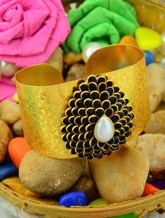 http://www.styyo.com/wonderful-blue-&-white-pearl-bracelet/pid=MzAw