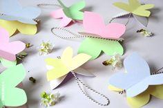 Je haalt het voorjaar in huis met deze vrolijke fladderende vlinders. Hangers van papier die heel mooi in voorjaarstakken staan samen met wat tulpen. Een alternatief voor de eieren in de paastakken? Dat heb ik nooit begrepen; een ei is toch niet om op te hangen? Je hebt nodig: gekleurd...