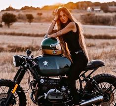 40 Ideas Women Motorcycle Photography With Cafe Racer Poses Womens Motorcycle Helmets, Motorcycle Style, Motorcycle Gear, Bmw Cafe Racer, Cafe Racer Build, Vintage Bikes, Vintage Motorcycles, Harley Motorcycles, Vintage Cafe