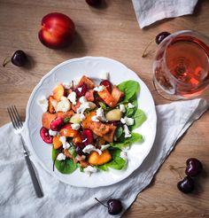 Panzanella eli leipäsalaatti kirsikoilla ja nektariineilla on täydellistä kesäruokaa esim. grilliruokien kaverina - tosin katoaa se ihan sellaisenaankin.