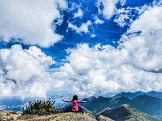 A foto da semana é da @escolhas_de_simone curtindo o visual no cume do Pico da Bandeira - ES. Mande a sua foto para #desviantes que todas as sextas postamos a melhor foto da semana #natureza #viagem #picodabandeira