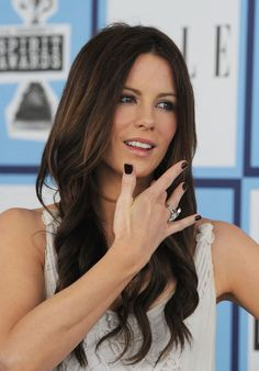 The RIGHT way to do a black mani. Short nails - done by a trained professional. Kate Beckinsale shows off a pretty black polish manicure. :D