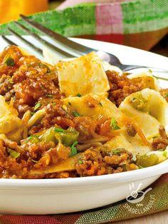 Le Pappardelle con salsiccia e peperoncini sono un primo piatto sostanzioso e molto saporito, ma facilissimo e rapido da preparare.
