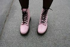 9 fashion tips to pull off pastel grunge shoes обувь, эстети Dr. Martens, Botas Dr Martens, Dr Martens Boots, Grunge Outfits, Grunge Shoes, Pink Aesthetic, Aesthetic Clothes, Black Aesthetic Fashion, Timberland