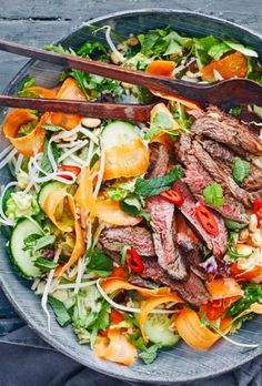thai-beef-salat Meat Recipes, Asian Recipes, Real Food Recipes, Healthy Recipes, Tasty Meal, Thai Beef Salad, Food Crush, Superfood, Food For Thought
