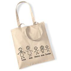 Bolsa familia. Divertida bolsa para regalar a madres. La bolsa va personalizada con el nombre de de todos los personajes de la familia. Por favor indícanos los nombres de tu familia y en el caso de los niños, indica también si son niño, niña o bebé. Elige el color que más guste (natural, gris, fucsia). Precio: 16 €. Tienda online. Entrega en 24 horas