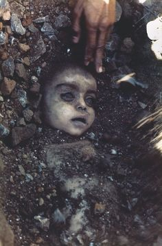 1984 - A child killed by the poisonous gas leak in the Union Carbide chemical plant disaster. (Pablo Bartholomew) Haunting and sad.