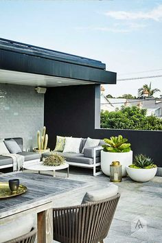 terrace features a low-maintenance garden Modern planting and sharp lines give this rooftop terrace and garden a contemporary appeal.Modern planting and sharp lines give this rooftop terrace and garden a contemporary appeal. Rooftop Terrace Design, Rooftop Patio, Terrace Garden, Backyard Decks, Balcony Gardening, Terrasse Design, Patio Design, Garden Design, Outdoor Rooms