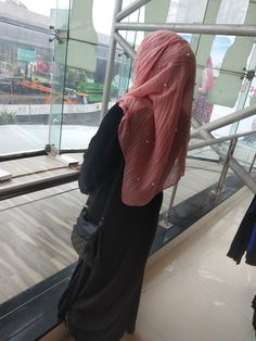 Dont waste your tears crying over someone who doesnt even deserve to see you smile. Beautiful Girl Makeup, Beautiful Girl Image, Beautiful Hijab, Cute Girl Poses, Cute Girl Photo, Girl Photo Poses, Hijabi Girl, Girl Hijab, Stylish Girls Photos