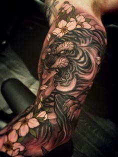japanische tattoos, große tätowierung mit tiger motiv in kombination mit kirschenblüten