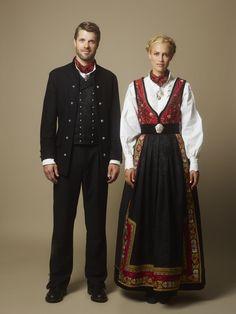 I forbindelse med 100-årsmarkeringen for Norge har Eva Lie designet en elegant festdrakt for å markere anledningen. Inspirasjon er hentet fra Jugendstilperioden, som spilte en betydelig rolle ved århundreskiftet og i tiden rundt den revolusjonerende unionsoppløsningen.  Farger og stoffer  Den fargerike festdrakten går i rødt, sort og gyldent. Stoffene er i ull, silke og bomull, mens smykkene er laget i sølv og gull besatt med edelstener.
