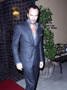 Love the window pane on Tom Ford Handsome Men Quotes, Handsome Arab Men, Tom Ford Suit, Tom Ford Men, Beautiful Women Quotes, Woman Sketch, Sharp Dressed Man, Well Dressed, Japanese Men