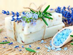 Badeseife ganz einfach selber machen. Ohne künstliche Zusatzstoffe. Das Rezept finden Sie hier.