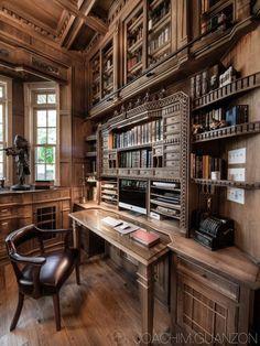 O estilo clássico marca presença neste escritório com biblioteca