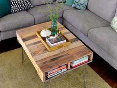 Pour réaliser une table tendance et design, des pieds métalliques sont fixés sur une table basse palette.