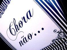 Conjunto com 7 placas.  Realizado para o casamento da noiva Dina de São Paulo - SP.  Valor anunciado referente ao conjunto com 7 placas.  Papéis especiais. O modelo das fotos foi confeccionado com um papel liso, sem textura, na cor pérola branca. Solicite a lista de papéis disponíveis para impressão no ato do seu pedido. Ou nos informe o seu papel desejado, que realizaremos a verificação de disponibilidade. Gramatura do papel: 180g/m2.  Sob encomenda:  Informe o texto das placas.  Placa…