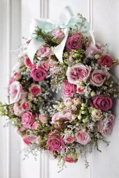 Rose wreath, this is a beautiful wreath! Wreath Crafts, Diy Wreath, Door Wreaths, Couronne Diy, Decoration Shabby, Corona Floral, Deco Floral, Rose Cottage, Valentine Decorations