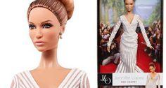 Depois de Grace Kelly, Audrey Hepburn e Elizabeth Taylor, chegou a vez de Jennifer Lopez ser transformada em Barbie. A cantora e atriz ganhou uma versão luxuosa, com vestido de gala, penteado e maquiagem no melhor estilo tapete vermelho. O vestido longo foi desenhado por Zuhair Murad.