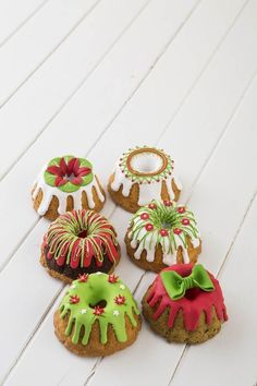 30 Sweet Christmas Cookies To Melt Your Heart - Food Mini Christmas Cakes, Christmas Truffles, Christmas Cake Decorations, Christmas Sweets, Holiday Cakes, Christmas Goodies, Christmas Desserts, Holiday Treats, Christmas Baking