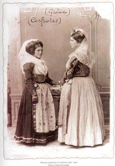 Νεαρές Κερκυραίες με νυφιάτικες φορεσιές, 1902. Αρχείο Γ. Πετσάλη.