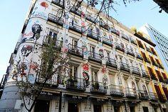 Artística fachada en la confluencia de las calles Campoamor y Orellana