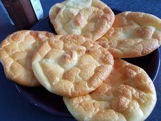 Ces pains nuages sont désormais célèbres, je les avais vu sur tasty miam au départ si je me souvient bien. La recette de base se fait avec du fromage frais type Philadelphia, j ai tenté avec du fromage blanc et c est très bon, très léger, idéal pour remplacer...