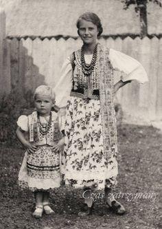 Czyżyny, Kraków costume, southern Poland. Photo taken in 1937.  Source: Adam Gryczyński / Czas zatrzymany. Folk Costume, Costume Dress, Costumes, Polish Folk Art, Folk Clothing, Extraordinary People, My Heritage, Krakow, World Cultures