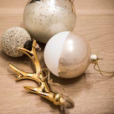 Die perfekte Harmonie aus glänzenden und matten Oberflächen. Diese Christbaumkugel passt in jedes minimalistische Wohnzimmer, sowie an jeden traditionellen Christbaum. Kitsch, Gold, Pearl Earrings, Pearls, Jewelry, Minimalist Living Rooms, Minimalism, Christmas, Pearl Studs
