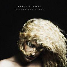 J'avais relativement apprécié le très prometteur premier album d'Alice Caymmi, Alice Caymmi (2012). Deux ans plus tard, elle récidive avec un second album Rainha dos Raios (2014). Alors qu'Alice Caymmi faisait la part belle aux compositions originales,...