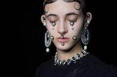 Le défilé Givenchy automne-hiver 2015-2016, côté beauté http://www.vogue.fr/beaute/en-coulisses/diaporama/fwah2015-les-backstage-beaut-du-dfil-givenchy-automne-hiver-2015-2016/19538