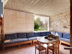 Αυτή είναι η μαγική βίλα του Γιάννη Μόραλη στην Αίγινα -Στο σφυρί αντί 1,1 εκατ. ευρώ [εικόνες] | iefimerida.gr Couch, Studio, Architecture, Furniture, Space, Decoration, Home Decor, Arquitetura, Floor Space